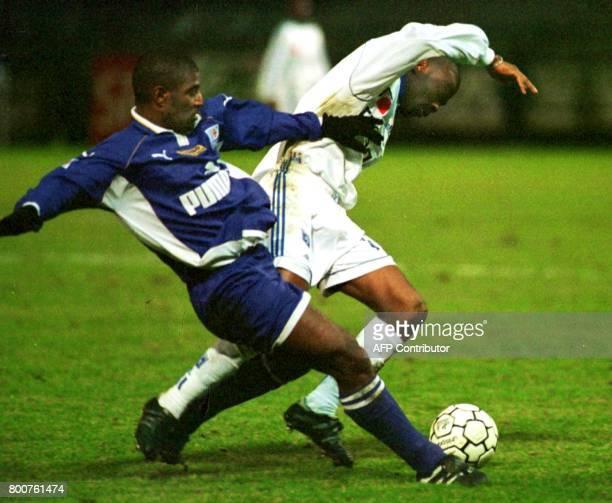 l'attaquant toulousain Cruz Oceano tente de récupérer le ballon contre le défenseur auxerrois Stéphane Carnot le 07 février au stade de l'Abbé...