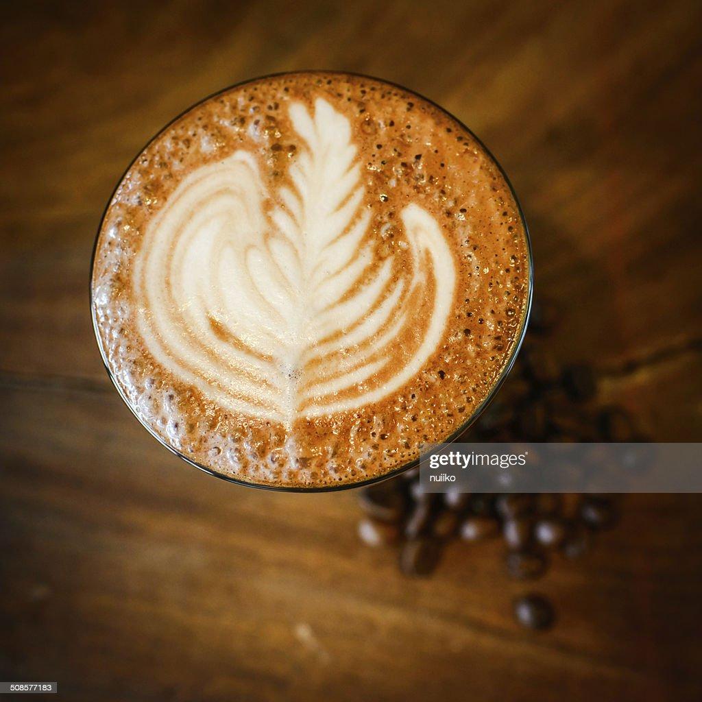Latte art et de grains de café sur bois : Photo