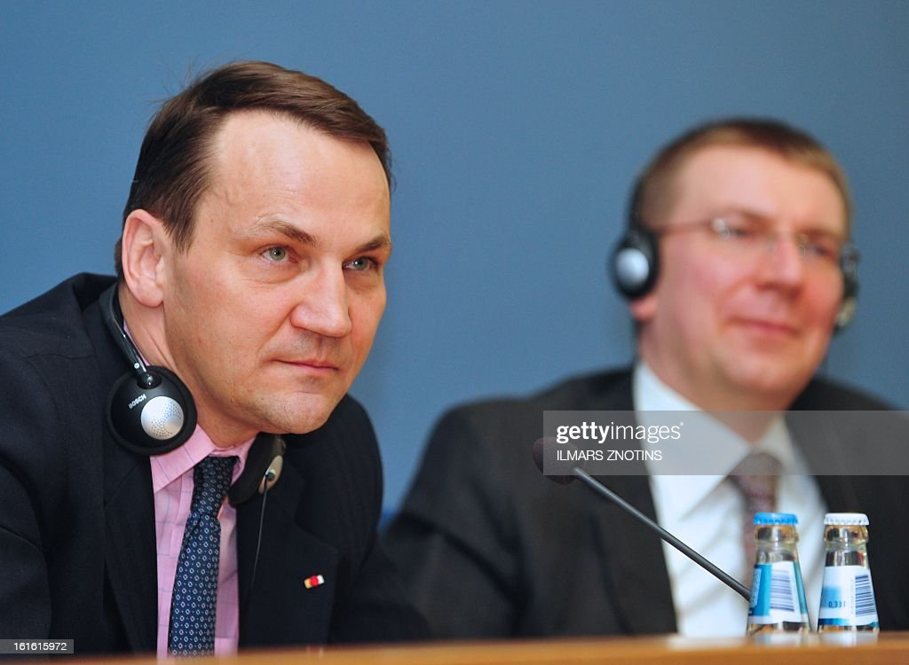 Latvian Foreign Minister Edgar Rinkevics (R) and his Polish counterpart Radoslaw Sikorski (L) give a press conference after their meeting in Riga on February 13, 2013. AFP PHOTO/ILMARS ZNOTINS
