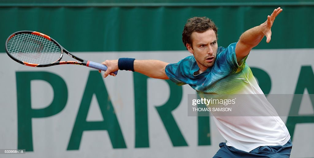 Latvia's Ernests Gulbis returns the ball to Italy's Andreas Seppi during their men's first round match at the Roland Garros 2016 French Tennis Open in Paris on May 24, 2016. / AFP / Thomas SAMSON