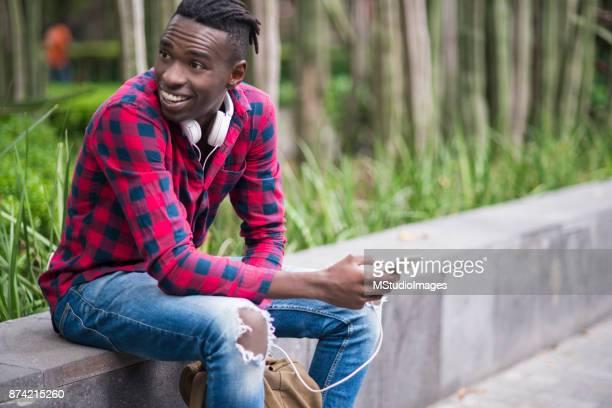 Skrattande Afrikanska tonåring