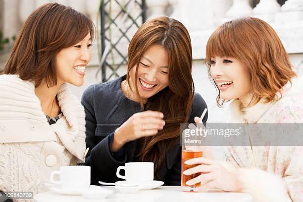 笑うと joking 女性のストリートカフェ」