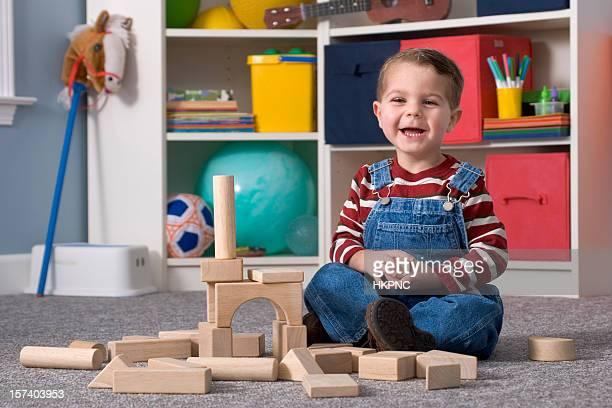 Lachen junge Gebäude mit Holz Spielzeug-Blöcke, Horizontal