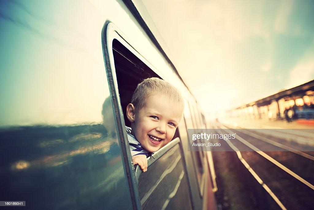 Kleine Junge auf der Eisenbahn : Stock-Foto