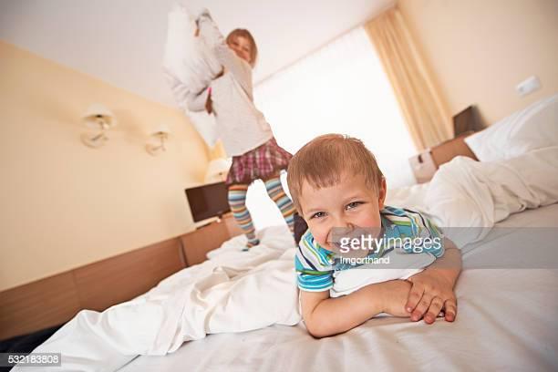 Lachen Kinder haben eine Kissenschlacht