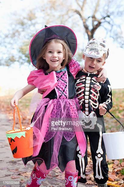 Lachen Kinder in Halloween-Kostümen