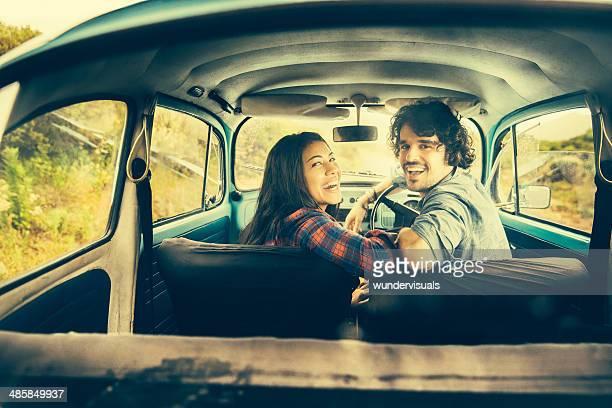 Rire couple dans une voiture ancienne
