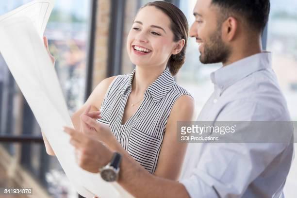 Plan de estudios arquitecto mujer con compañero de trabajo de risa