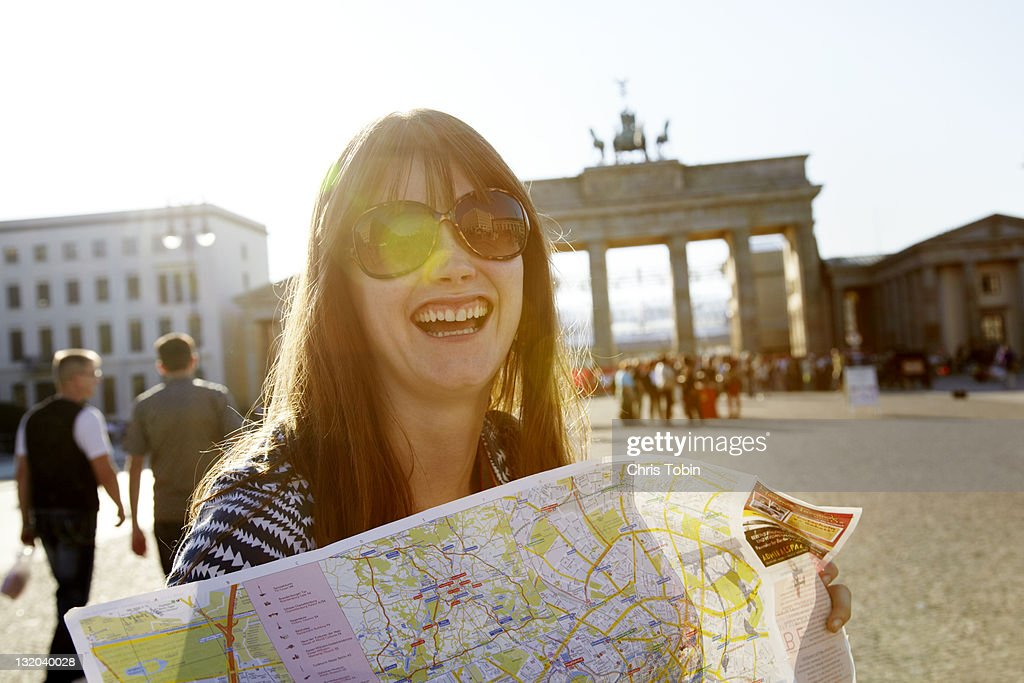 Laughing girl with street map : Stock-Foto