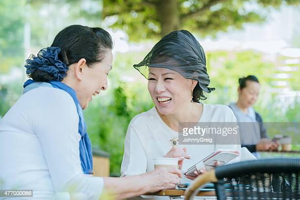 Laughing japanische Frauen genießen einen moment