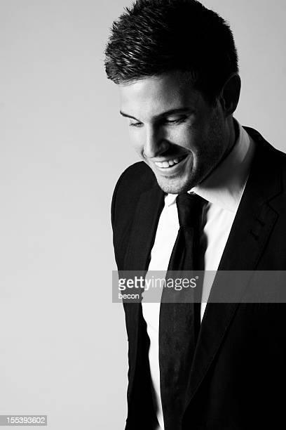 笑う男性、ブラックのスーツ