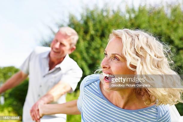 Rire, mature femme tenant la main d'un homme senior