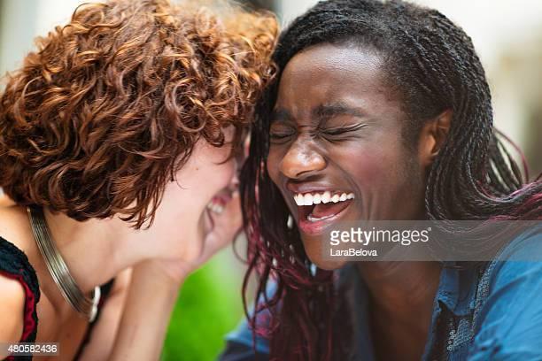 Freundinnen Lachen gemischten Rennen