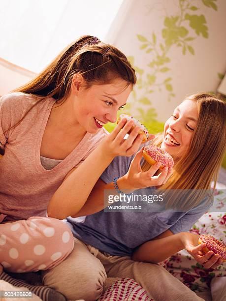 笑う少年少女の共有ドーナツ、明るいベッドルーム