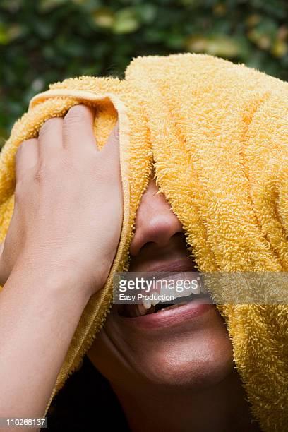 Rir mulher secagem seu, Fotografia da Cabeça
