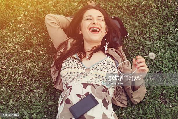 Lachen Frau ruhen im park