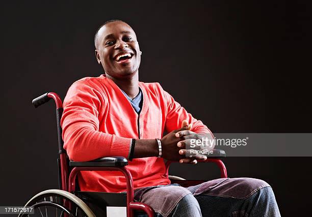 Lachen junger Mann im Rollstuhl akzeptiert seine situation
