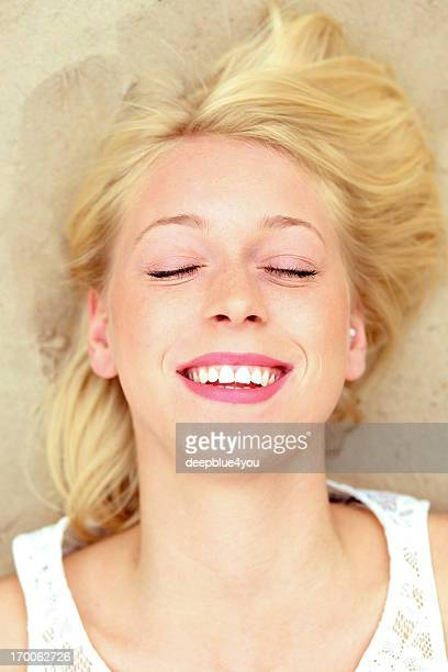Lachen, junge Frau am Strand