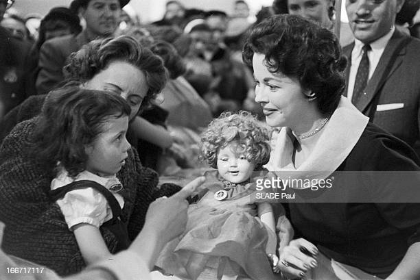 Launch Of The Shirley Temple Doll In The Presence Of The Actress 8 avril 1958 Lancement de la vente d'une poupée à l'effigie de l'actrice américaine...