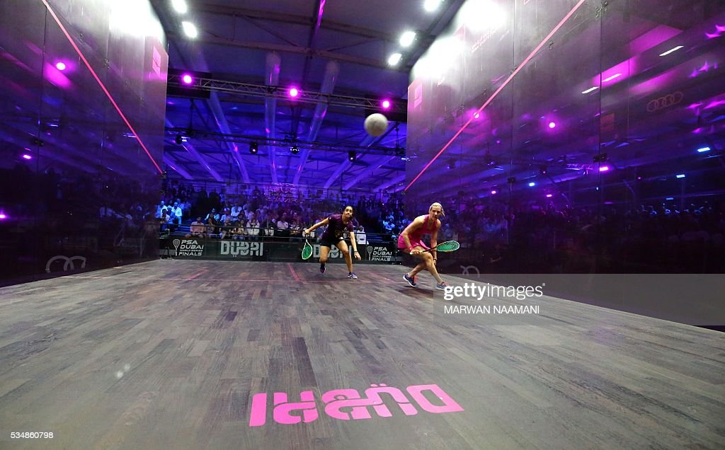 Laura Massaro (R) of Great Britian plays a forehand to Raneem el-Welily of Egypt in the final match of the Dubai PSA World Series Finals squash tournament in Dubai, May 28, 2016. / AFP / MARWAN