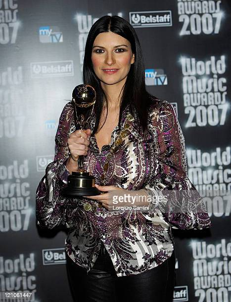 Laura Pausini poses with her award during the 2007 World Music Awards held at the Monte Carlo Sporting Club on November 4 2007 in Monte Carlo Monaco