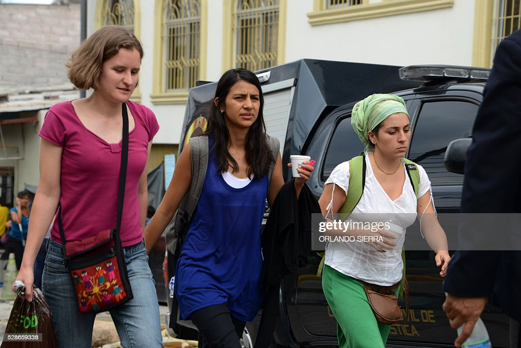 Laura Zuniga Caceres (C), daughter of Honduran indigenous leader Berta Caceres, arrives at court in Tegucigalpa on May 6, 2016. A judge ordered Tuesday the preventive detention of four suspects of the killing of Berta Caceres. / AFP / ORLANDO