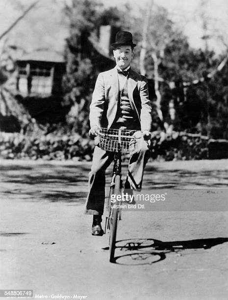 Laurel Stan Comedian Actor Screenwriter Director Great Britain *16061890 Portrait on a bike about 1938 Published in 'Die Gruene Post' 36/1938 Vintage...