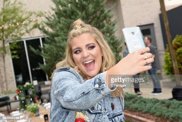 Lauren Alaina tries out the new Samsung Galaxy S8 during the Samsung Women in Country x Change The Conversation Dinner on June 8 2017 at Henrietta...