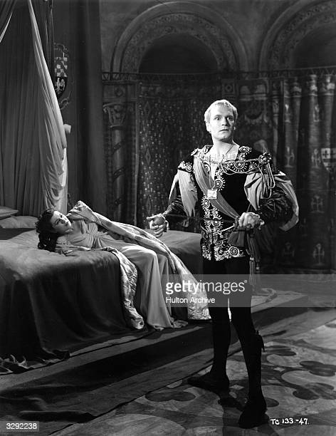 Laurence Olivier as Hamlet and Eileen Herlie as Queen Gertrude in Olivier's film version of Shakespeare's 'Hamlet'