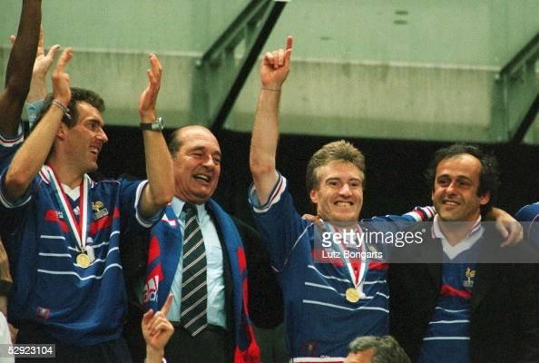3 FRANKREICH FUSSBALLWELTMEISTER 1998 JUBEL FRA Laurent BLANC Staatspraesident Jacques CHIRAC Didier DESCHAMPS und Michael PLATINI