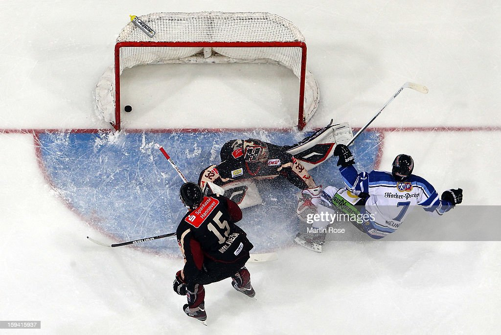 Laurent Meunier (#7) of Straubing scores his team's 3rd goal during the DEL match between Hannover Scorpions and Straubing Tigers at TUI Arena on January 13, 2013 in Hanover, Germany.