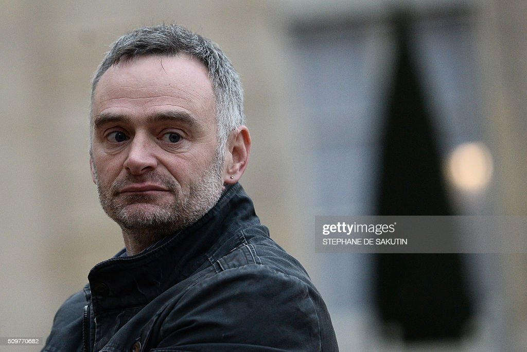 Laurent Pinatel, spokesman of La Confederation paysanne, a farmer union, answers to journalists'questions after a meeting with France's Agriculture Minister and France's President at the Elysee Presidential Palace in Paris on February 12, 2016. / AFP / STEPHANE DE SAKUTIN