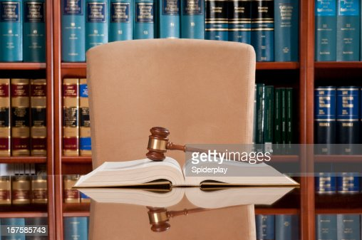 Livres de droit et Marteau de juge