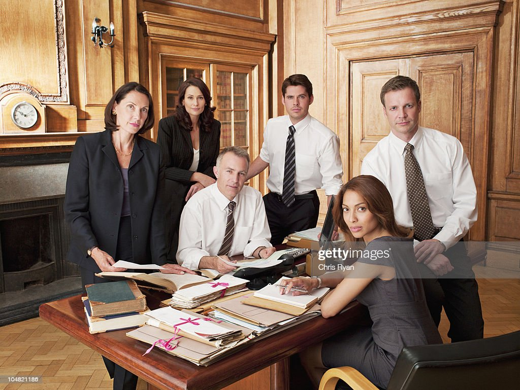 Los Abogados En Escritorio De Oficina Foto De Stock