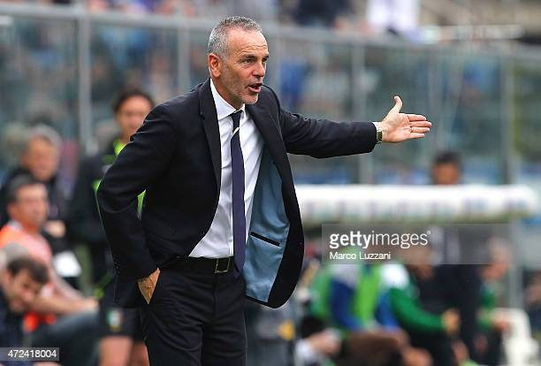 Lazio coach Stefano Pioli issues instructions to his players during the Serie A match between Atalanta BC and SS Lazio at Stadio Atleti Azzurri...