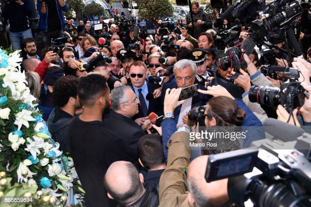 Lazio President Claudio Lotito Fortuna Walace and Felipe Anderson of SS Lazio visit Rome's Synagogue on October 24 2017 in Rome Italy The visit comes...