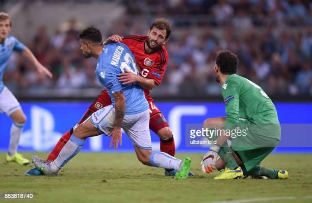 FUSSBALL CHAMPIONS Lazio Rom Bayer 04 Leverkusen Admir Mehmedi gegen Mauricio und Torwart Etrit Berisha