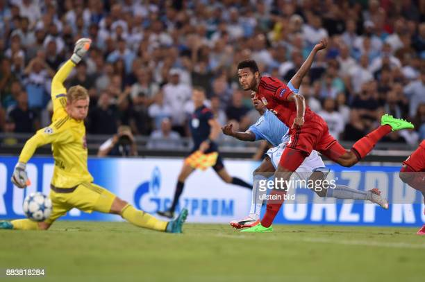 FUSSBALL CHAMPIONS Lazio Rom Bayer 04 Leverkusen Balde Diao Keita erzielt das Tor zum 10 Torwart Bernd Leno und Jonathan Tah kommen zu spaet