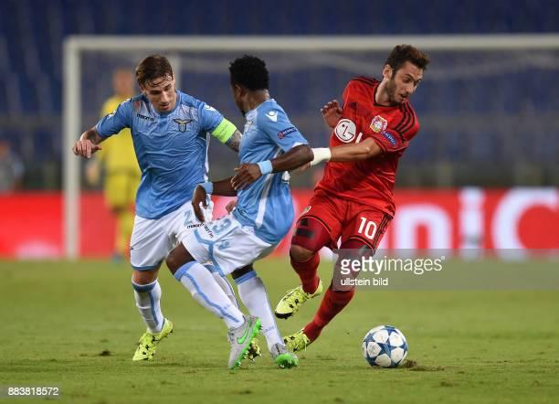 FUSSBALL CHAMPIONS Lazio Rom Bayer 04 Leverkusen Lucas Biglia und Mauricio gegen Hakan Calhanoglu