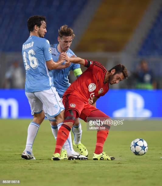 FUSSBALL CHAMPIONS Lazio Rom Bayer 04 Leverkusen Marco Parolo und Lucas Biglia gegen Hakan Calhanoglu