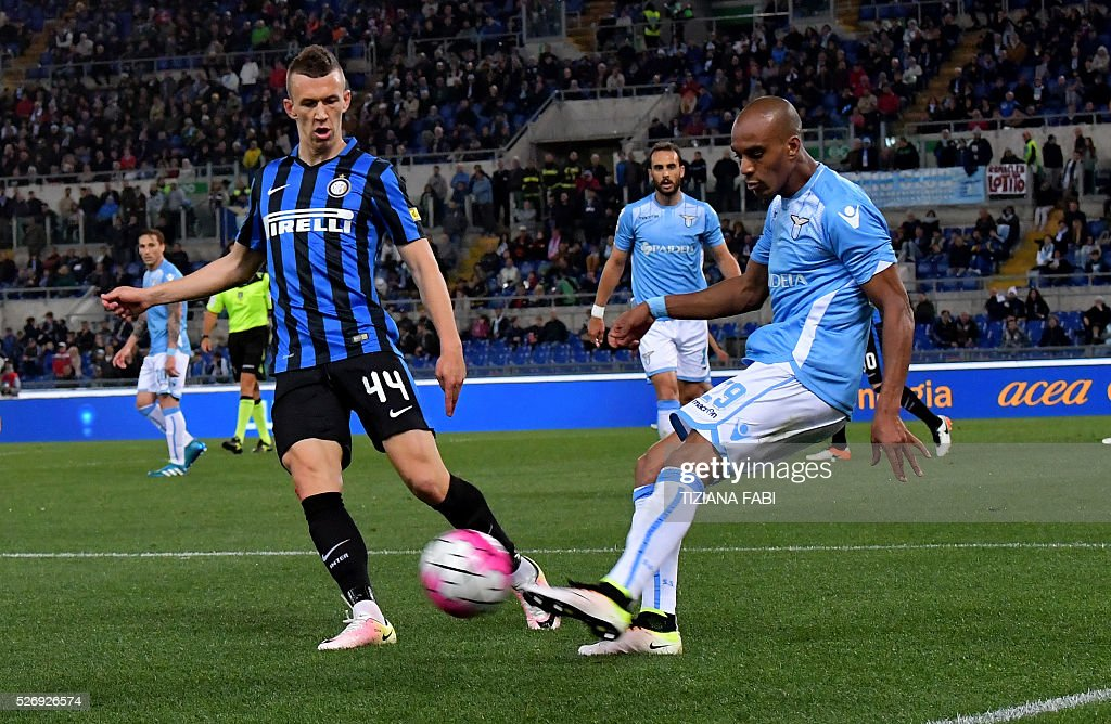 Lazio's defender from France Abdoulay Konko fights for the ball with Inter Milan's forward from Croatia Ivan Perisic during the Italian Serie A football match between Lazio and Inter Milan at Olympic Stadium in Rome on May 1, 2016. / AFP / TIZIANA