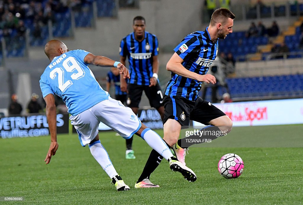 Lazio's defender from France Abdoulay Konko fights for the ball with Inter Inter Milan's forward from France Jonathan Biabiany during the Italian Serie A football match between Lazio and Inter Milan at Olympic Stadium in Rome on May 1, 2016. / AFP / TIZIANA
