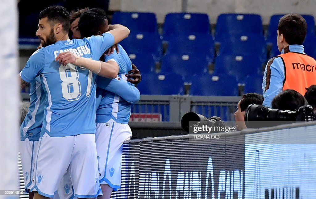 Lazio's forward from Germany Miroslav Klose (hidden) celebrates with teammates after scoring during the Italian Serie A football match between Lazio and Inter Milan at Olympic Stadium in Rome on May 1, 2016. / AFP / TIZIANA