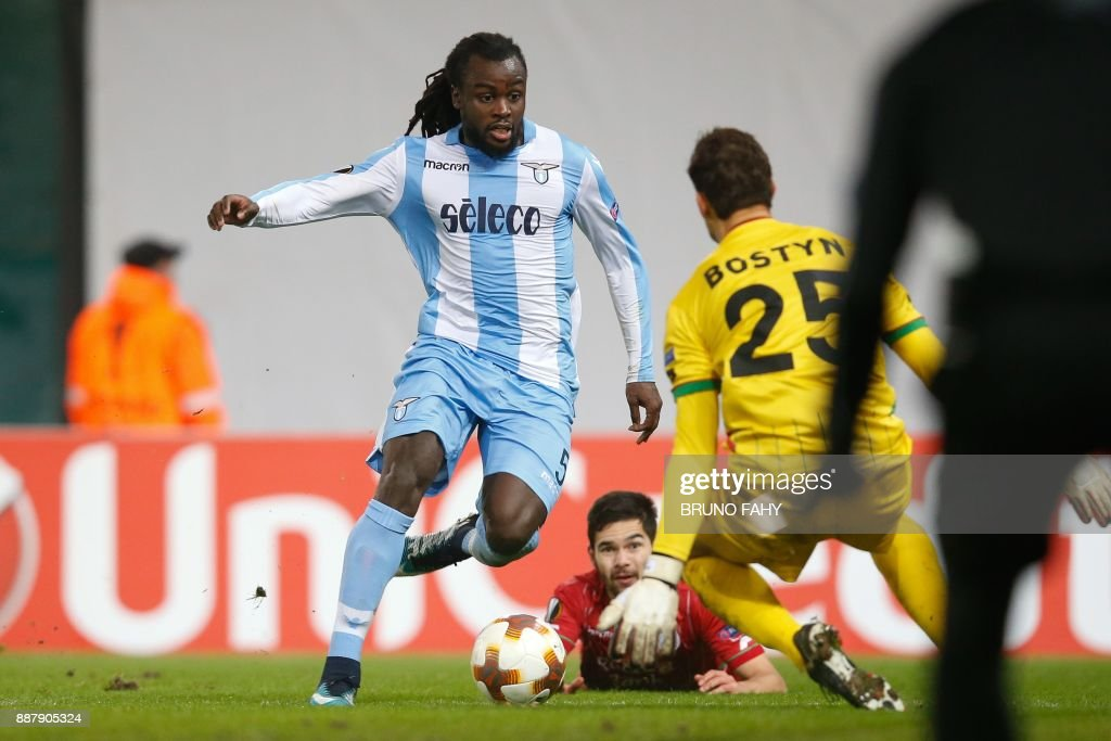 Lazio's Jordan Lukaku (L) vies for the ball with Zulte's Sandy Walsh (C) and Zulte's goalkeeper Louis Bostyn (R) during the UEFA Europa League Group K football match between Zulte Waregem and SS Lazio on December 7, 2017, in Waregem. / AFP PHOTO / Belga / BRUNO FAHY / Belgium OUT