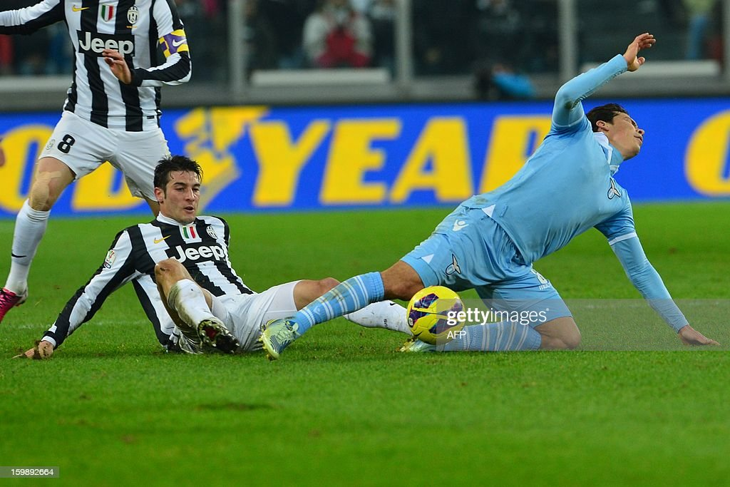 Lazio's Uruguayan midfielder Alvaro Rafael Gonzalez Luengo (R) vies with Juventus' midfielder Federico Peluso during their TIM CUP football match between Juventus and Lazio at the 'Juventus Stadium' in Turin on January 22, 2013. AFP PHOTO / GIUSEPPE CACACE