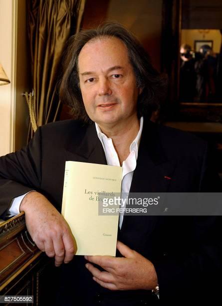 l'écrivain et journaliste Gonzague SaintBris présente son livre 'Les vieillards de Brighton' le 05 novembre 2002 à Paris après avoir reçu le 68e prix...