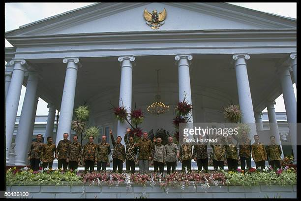 APEC ldrs RL Keating Bolkiah Chretien Frei Jiang Zemin MacLeod Kim Young Sam Mahathir Clinton Suharto Murayama Salinas Bolger Chan Ramos Goh Chok...