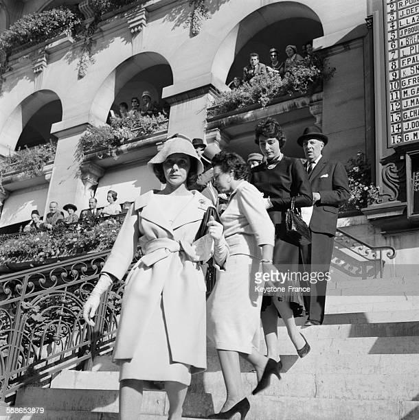Le 'beau monde' descend sur les tribunes pour assister à la course hippique sur la pelouse de Longchamp à Paris France le 4 octobre 1959