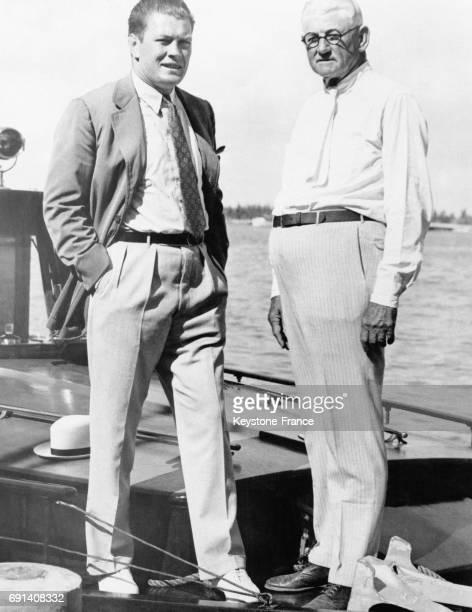 Le boxeur américain Gene Tunney et le trésorier du comité républicain national George H Getz à bord du bateau de ce dernier pour parler affaires le...