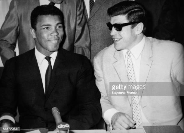 Le boxeur américain Mohamed Ali et le boxeur allemand Karl Mildenberger en conférence de presse à Francfort Allemagne le 7 septembre 1966